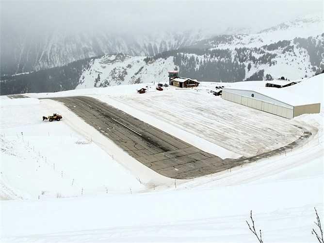 Tương tự như Tenzing-Hillary, sân bay Courchevel ở Pháp cũng không tọa lạc ở vị trí quá cao nhưng cực dốc và trơn trượt