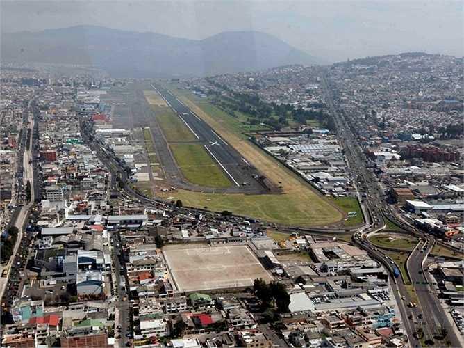 Khi cất cánh tại sân bay ở Quito, Ecuador, các phi công không những phải băng qua những núi lửa vẫn còn đang hoạt động mà còn trải qua độ dốc khá cao của đường băng nơi đây