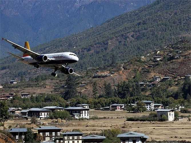 Sân bay quốc tế duy nhất của Bhutan là sân bay Paro nằm lọt thỏm giữa những hẻm núi cao vút của dãy Himalaya. Tất cả các phi công hạ cánh ở đây cần phải có tay lái thuộc dạng 'cứng' mới dám điều khiển máy bay tới đây