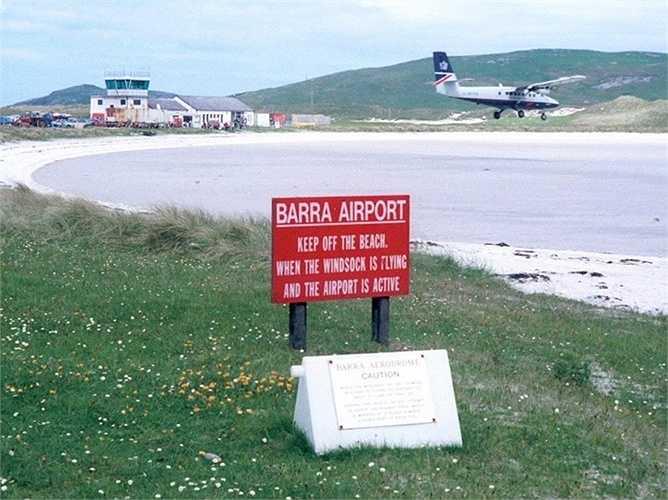Sân bay Barra ở Scotland thực sự kỳ cục với việc các máy bay sẽ đáp xuống vùng cát biển. Các phi công phải canh thời điểm thủy triều rút nếu không không thì 'đường băng' sẽ biến mất hoàn toàn