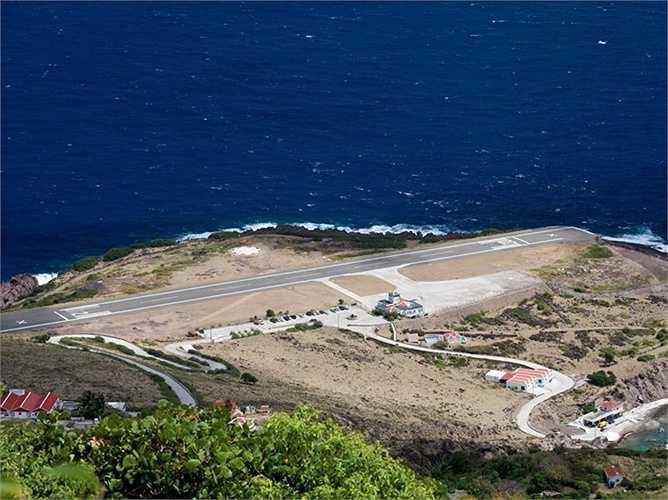 Sân bay Juancho E. Yrausquin ở trên đảo Saba cực kỳ lộng gió và nằm trên một khu vực khá cao. Những máy bay muốn hạ cánh ở đây phải thực sự chính xác nếu không muốn lao thẳng xuống biển