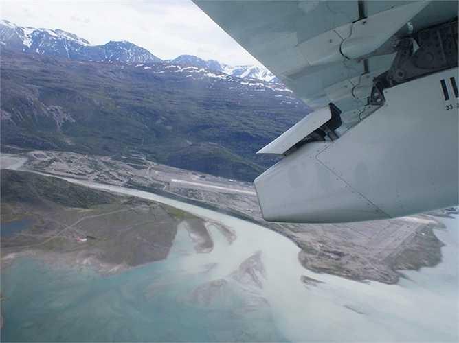 Sân bay Narsarsuaq ở Greenland là sự tổng hợp của những gì khó khăn nhất dành cho phi công: tốc độ gió, các hẻm núi, thậm chí là các tảng băng trôi nhọn hoắt. Các phi công trước khi hạ cánh cần thực hiện những đường băng 90 độ để tiếp đất an toàn