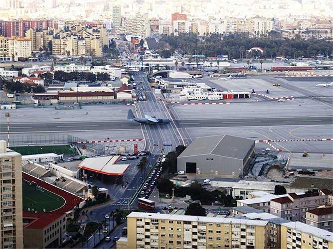 Sân bay Gibraltar gần như cắt ngang qua đại lộ Winston Churchill là đại lộ này phải dừng lưu thông mỗi khi có máy bay hạ cánh
