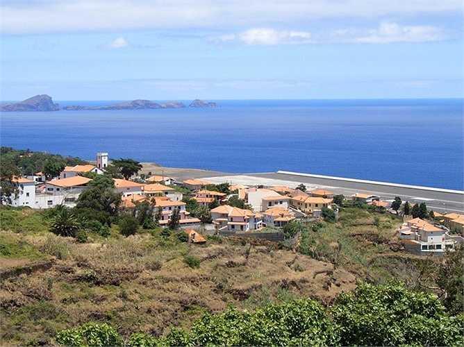 Được biết đến là sân bay nguy hiểm nhất ở châu Âu, sân bay Madeira ở Bồ Đào Nha sở hữu đường băng vô cùng ngắn với độ dài chỉ khoảng 300m. Đặc biệt, khu vực này còn khá lộng gió và khó điều khiển chính xác