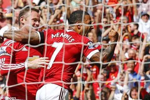 Rooney và Depay ăn mừng bàn mở tỷ số