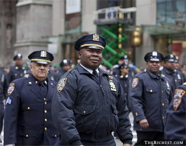 Cảnh sát. Người giữ gìn an ninh trật tự cho xã hội nhiều khi phải liều mình để chiến đấu với tội phạm. Theo Cục Lao Động Mỹ thống kế, thu nhập của giới cảnh sát trong năm 2012 là khoảng gần 60.000 USD/ năm và còn tăng hơn trong các năm gần đây