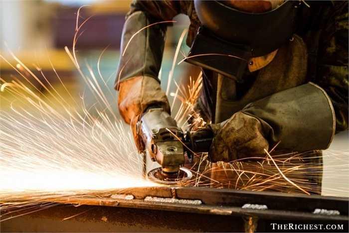Công nhân gang thép. Trái ngược với Việt Nam, công nhân làm việc trong các nhà máy Gang thép ở nước ngoài, đặc biệt là Mỹ được đánh giá cao hơn vì phải chịu môi trường làm việc nguy hiểm. Thu nhập trung bình năm của họ lên tới 53.000 USD