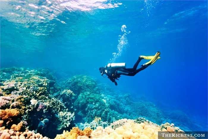 Thợ lặn chuyên nghiệp. Những người làm nghề này sẽ thực hiện những chuyến lặn biển của mình để phục vụ mục đích du lịch, nghiên cứu hay bảo tồn thiên nhiên. Ít ai có thể biết được hiểm họa ẩn sâu dưới đáy đại dương. Thu nhập trung bình mỗi giờ của thợ lặn khoảng 22 - 40 USD