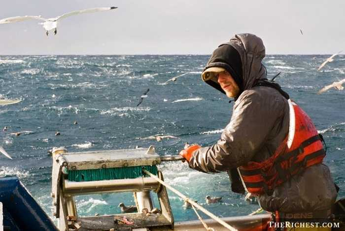 Ngư dân. Các ngư dân thực sự là những người luôn phải đối phó với quá nhiều khó khăn, nguy hiểm. Họ phải lênh đênh trên biển dài ngày nơi đầu sóng ngọn gió và đối mặt với nguy cơ bão lớn sẵn sàng nhấn chìm nhiều con tàu. Tùy theo sản lượng, thu nhập của ngư dân sẽ được quyết định