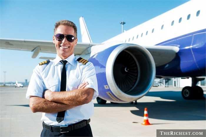 Phi công. Ai cũng biết khi các vụ tai nạn máy bay xảy ra, phi công sẽ là người đầu tiên bị quy trách nhiệm dù rằng gần như chắc chắn họ cũng khó giữ mạng của mình. Tuy nhiên, nghề phi công vẫn lọt top những nghề thu nhập 'khủng' nhất thế giới với mức trung bình khoảng gần 100.000 USD/ năm