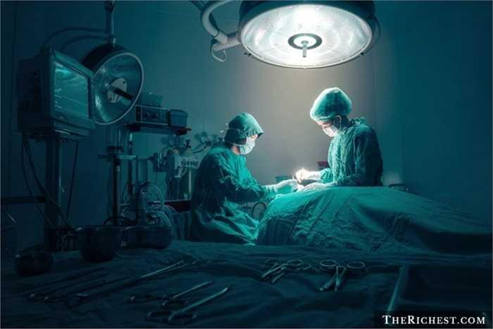 Bác sĩ phẫu thuật. Một nghề nghiệp chịu trách nhiệm chính về sức khỏe của người khác. Bác sĩ phẫu thuật thường cần những người phải thực sự lành nghề. Thu nhập của nghề này cũng ổn định và ở mức cao, khoảng 224.000 USD/ năm