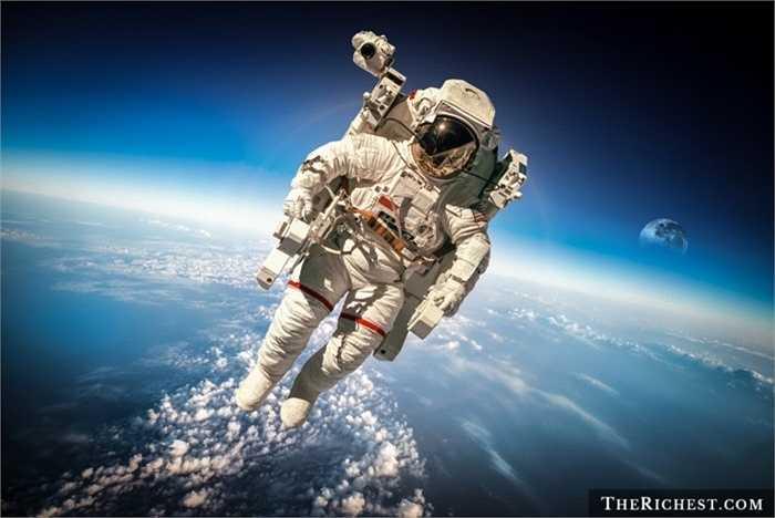 Phi hành gia. Chả ai biết được những khó khăn, nguy hiểm rình rập ngoài không gian khi con người chưa thực sự khám phá được nhiều về vũ trụ bao la. Ngoài ra, nghề phi hành gia còn đòi hỏi nhiều về thể chất, tinh thần. Chính vì vậy, thu nhập ở mức khoảng 140.000 USD/ năm có lẽ còn chưa thực xứng đáng với những gì họ phải đối mặt