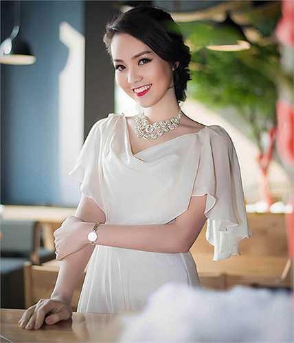 Thụy Vân sở hữu vẻ đẹp vạn người mê bởi cô luôn biết tạo dựng cho mình phong cách ăn mặc kín đáo nhưng không kém phần gợi cảm, cô xây dựng hình ảnh một người đẹp 'an toàn', tỏa sáng bằng sự dịu dàng, thanh lịch và duyên dáng.