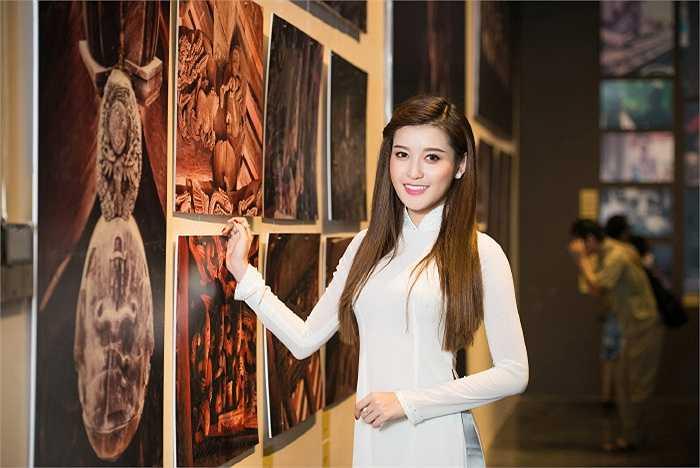 Huyền My háo hức khám phá nét đẹp truyền thống tại buổi triển lãm.