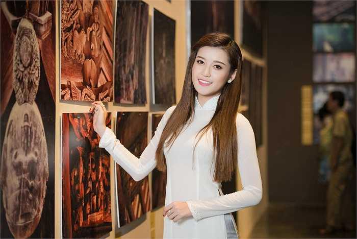 Huyền My giữ vai trò đại diện hình ảnh cho triển lãm Đình Làng Việt  - Những điều còn, mất. Á hậ bày tỏ sự ngưỡng mộ và thích thú khi được giới thiệu về các tư liệu ảnh được trưng bày trong triển lãm.