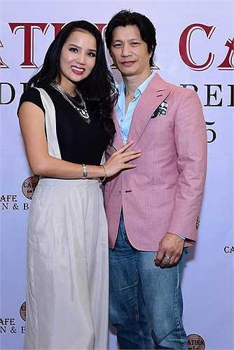 Người đẹp dịu dàng tình tứ bên ông xã Dustin Nguyễn trong buổi khai trương.