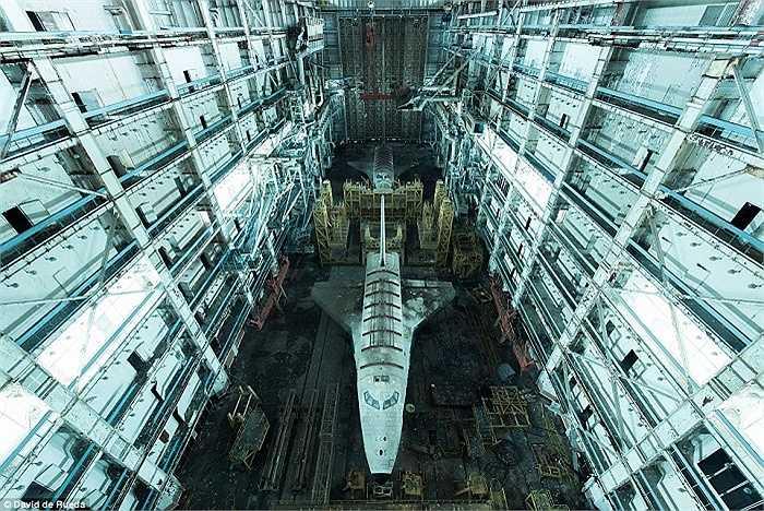 Tàu con thoi Buran bên trong nhà chứa gần sân bay Vũ trụ Baikonur ở Kazakhstan, nơi đây đã rơi vào quên lãng sau khi dự án Buran của Liên Xô tan vỡ