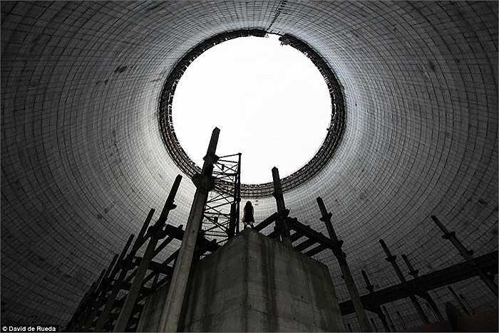 Bên trong tháp làm lạnh chưa xây dựng xong của nhà máy điện hạt nhân Chernobyl, Ukraine