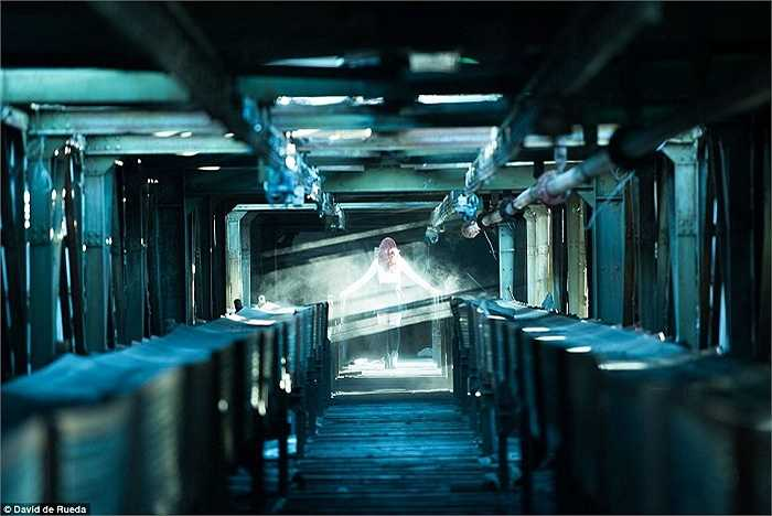 Hành lang bên trong nhà máy điện ở  Budapest, Hungary dài hàng trăm mét đầy bụi bao phủ