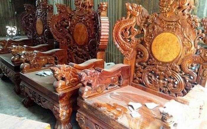 Các nghệ nhân chế tác bộ bàn ghế Rồng Đỉnh Cửu Long (9 rồng) bằng nhiều chất liệu gỗ quý khác như cẩm lai, mun sọc.