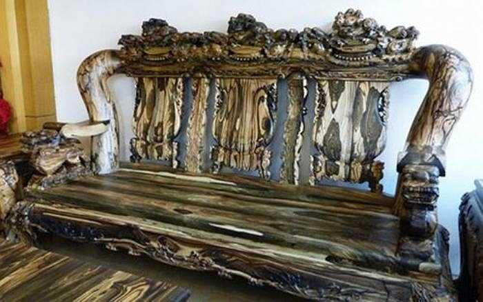 Ghế dài được chế tác từ những cây gỗ nguyên khối dài 270cm, đầu ghế được chạm trổ kỳ lân từ nguyên xúc gỗ lớn.