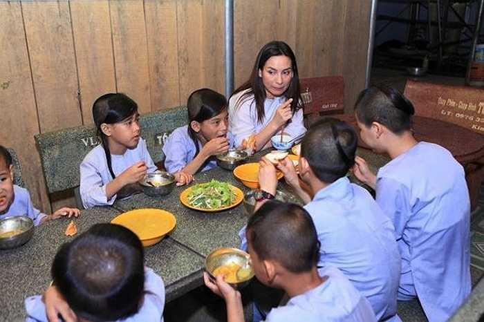 Nữ ca sỹ hải ngoại từng chi 1 tỷ đồng xây ngôi chùa Pháp Lạc ở Bình Phước, cưu mang 18 người con nuôi.