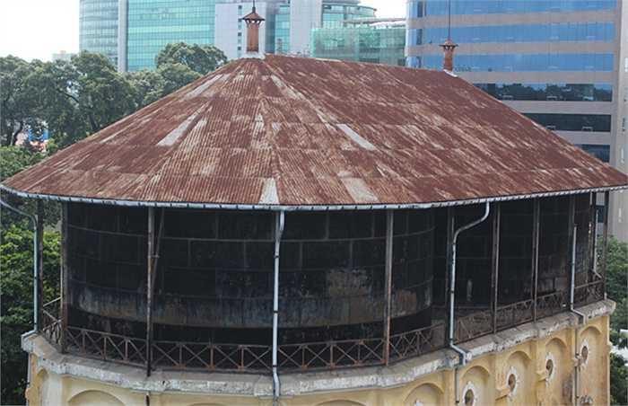 Trên cùng đặt hai bể nước có thể cung cấp 1.000-1.500 m3 mỗi ngày cho người Sài Gòn xưa. Nhìn từ bên dưới, tháp nước có hình đa giác nhưng tổng thể kiến trúc mang hình elip do sự kết hợp của 2 bể nước này.