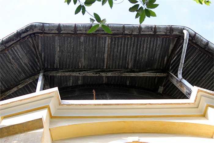 Tháp được người Pháp xây dựng, nước lấy từ các giếng cạn đưa về giếng trung tâm để xử lý. Sau đó bơm lên tháp nước phân phối cho người dùng qua hệ thống ống dẫn.