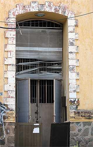 Cửa ra vào thủy đài. Sau năm 1975, phía dưới của tháp được Sawaco cải tạo thành văn phòng nhưng giờ dùng làm kho chứa tài liệu của công ty.