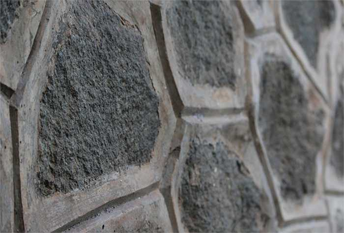 Phần nền được xây dựng bằng lớp đá giúp công trình vững chắc, chịu được sức nặng của 2 bồn chứa bằng thép bên trên cũng như áp lực khi vận hành.