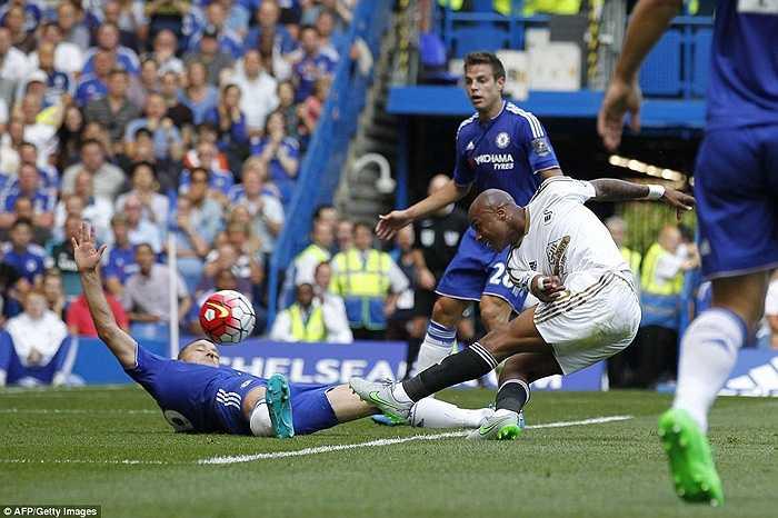 Chelsea có lần thứ 2 vượt lên nhưng sau đó lại bị gỡ hòa bởi tình huống kể trên của Gomis. (Hà Thành)