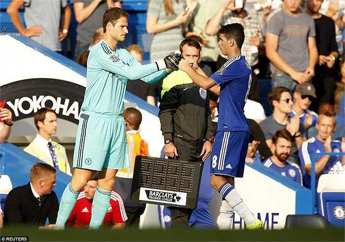 Thủ thành Asmir Begovic vào sân thay cho Courtois và Chelsea phải 'hy sinh' Oscar.