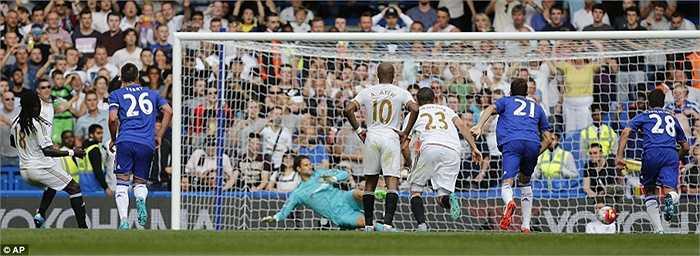 Trên chấm 11m, chính Gomis đánh lừa Asmir Begovic, quân bình tỷ số 2-2 cho Swansea.
