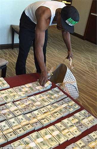 Mayweather vừa khoe trên Instagram cá nhân bức ảnh đang xếp các cọc tiền vào túi xách để đi du lịch. Số tiền này lên tới hàng trăm nghìn USD.