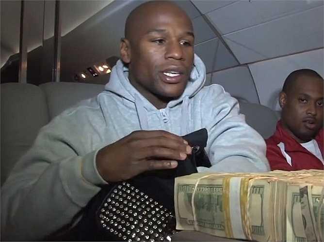 Anh từng mua một cả chiếc máy bay chỉ để chở tiền và những đồ dùng cá nhân của mình.