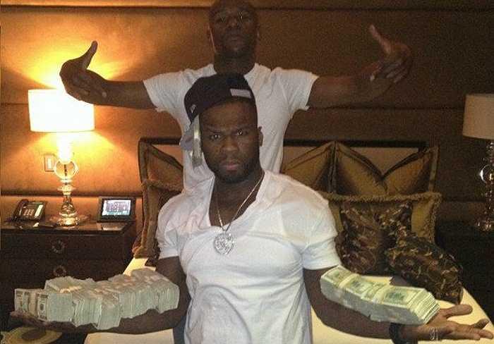 Hình ảnh đậm chất 'dân chơi' của Mayweather cùng rapper 50 Cent với khoảng hơn 400 nghìn Đô-la.