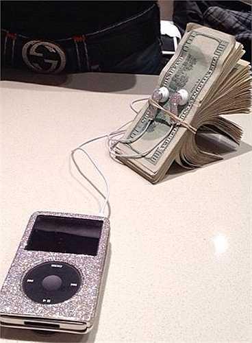 Mayweather từng cho đăng tải tấm hình này kèm theo dòng trạng thái: 'Money is music to my ears - Tiền như âm nhạc đi vào tai tôi'