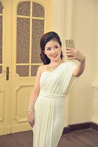 Ca khúc thứ 3 cô thể hiện là '60 năm cuộc đời' (Y Vân) hát cùng ca sĩ Thái Lan phiên bản Anh - Việt.