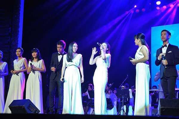 Cô dành được nhiều lời khen ngợi từ khán giả và các bạn nghệ sĩ Thái Lan cũng như Đại sứ quán Hoàng gia Thái Lan.