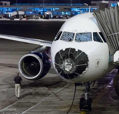 Mũi và kính chắn gió của máy bay hư hỏng nặng