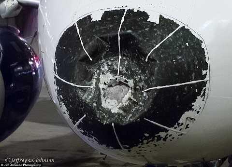 Hình ảnh phần mũi máy bay bẹp dúm