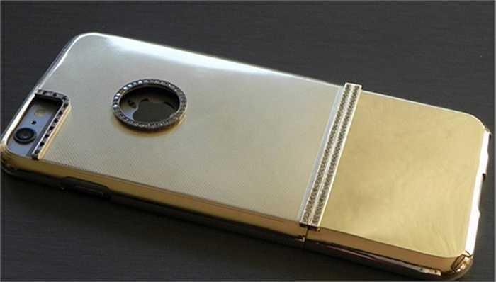 Chiếc ốp bảo vệ này có trọng lượng 17g, được chế tác hoàn toàn thủ công với vàng 14K và nạm kim cương 2,65 kara.