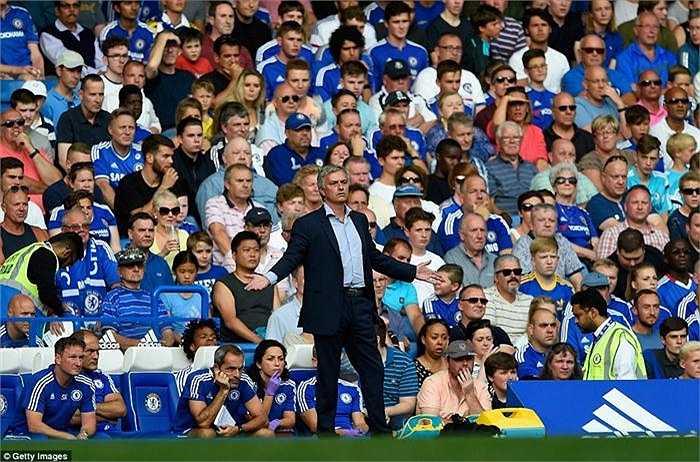 HLV Jose Mourinho thất thần ngoài đường pitch
