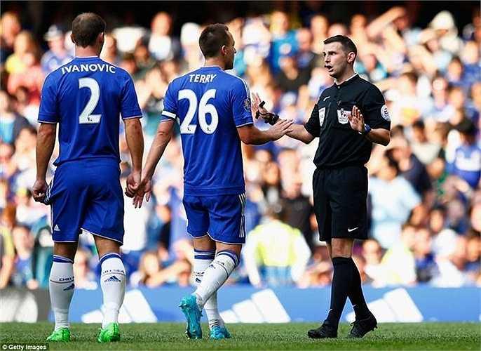 Đội trưởng Chelsea - John Terry phản ứng mạnh với trọng tài nhưng quyết định đã được đưa ra