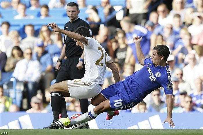 Trong trận này, trọng tài Oliver cũng đã bỏ qua nhiều tình huống cầu thủ Swansea phạm lỗi thô bạo với Eden Hazard, khiến cầu thủ người Bỉ phải rời sân trong đau đớn
