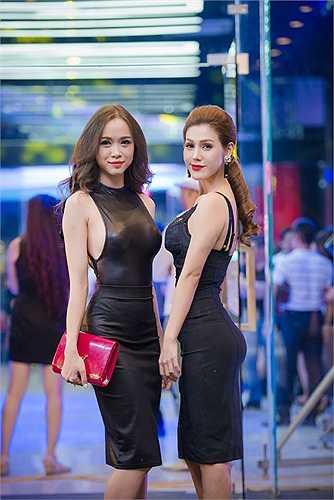 Cùng diện tông màu đen, cả hai người đẹp đều khoe được vẻ quyến rũ lôi cuốn.