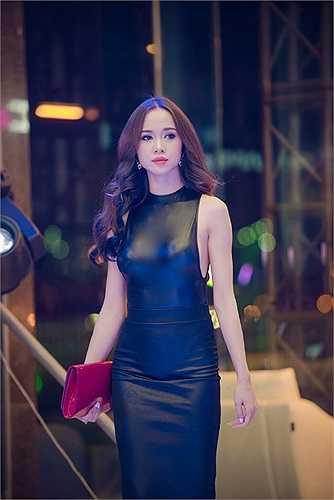Trong khi đó Đinh Phương Ánh vẫn tập trung vào kinh doanh.