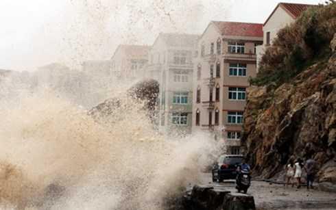 Sóng lớn do ảnh hưởng của gió bão gần Wenling, tỉnh Chiết Giang
