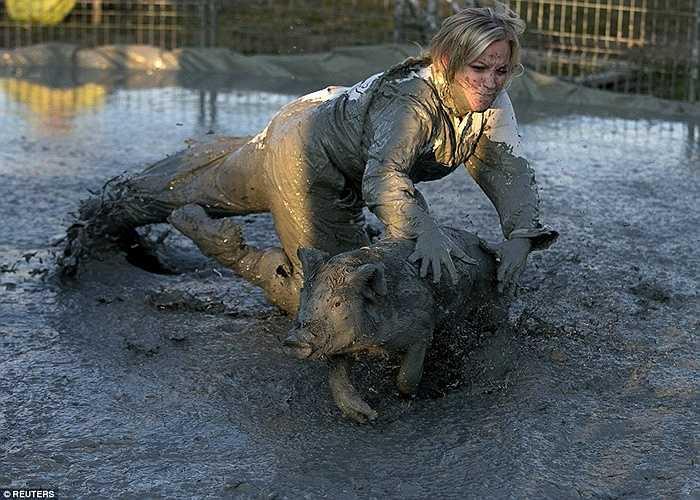 Người phụ nữ tung người vồ lợn