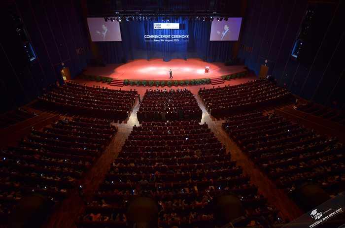 Ông Bình chia sẻ kinh nghiệm trước 600 sinh viên và hàng nghìn khách mời